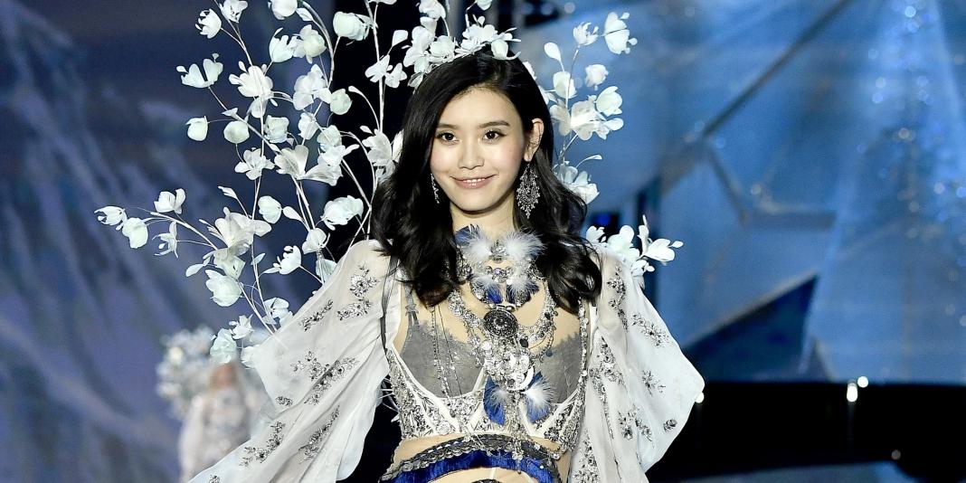 81f718a2aa Model Ming Xi Trips On Victoria s Secret Fashion Show
